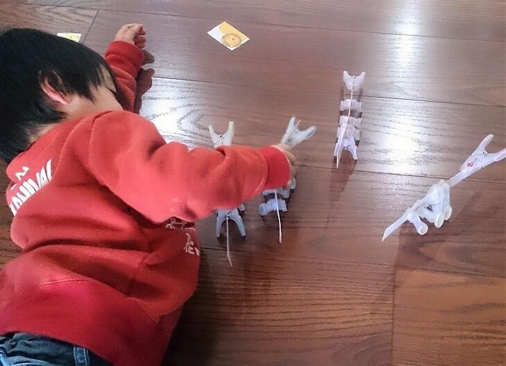 Z会の幼児コースのおためし教材。ペアゼットの課題で遊ぶ息子