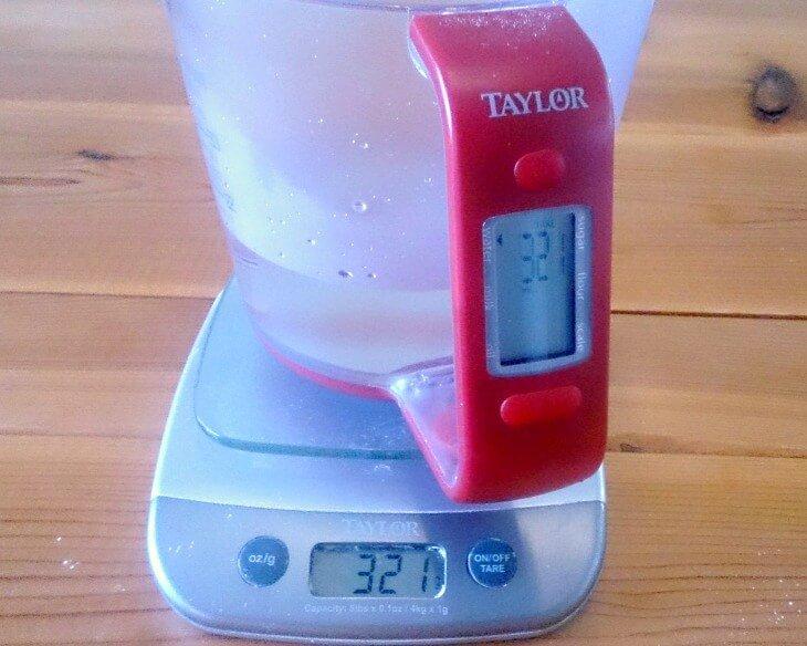 アメリカの重さもはかれる計量カップ、Digital cupで料理の時の単位換算のめんどくさいがなくなった。オンスやパウンドだけでなくグラムもミリリットルも表示してくれるので便利です