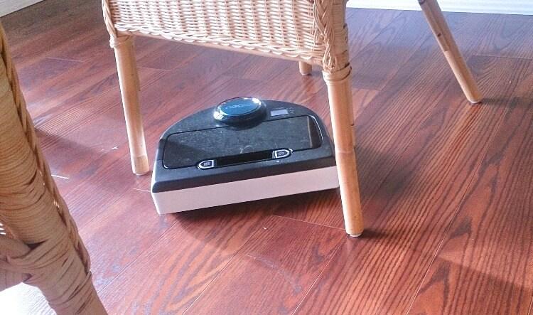 お掃除ロボットNEATOは椅子の足の周りも器用に掃除