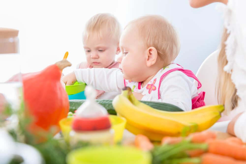 アメリカの保育園で食事をする赤ちゃん