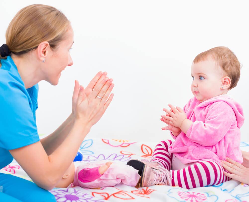 アメリカでベビーシッターと遊ぶ赤ちゃん