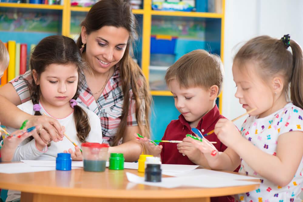 アメリカのデイケアで先生と遊ぶ子どもたち