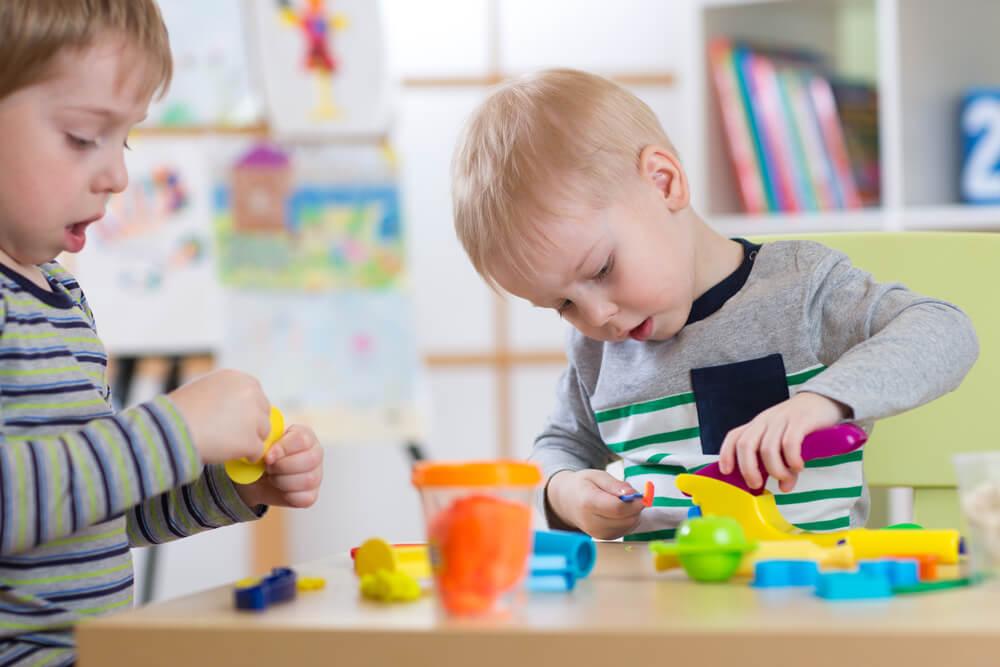 アメリカの保育園で遊ぶ男の子たち