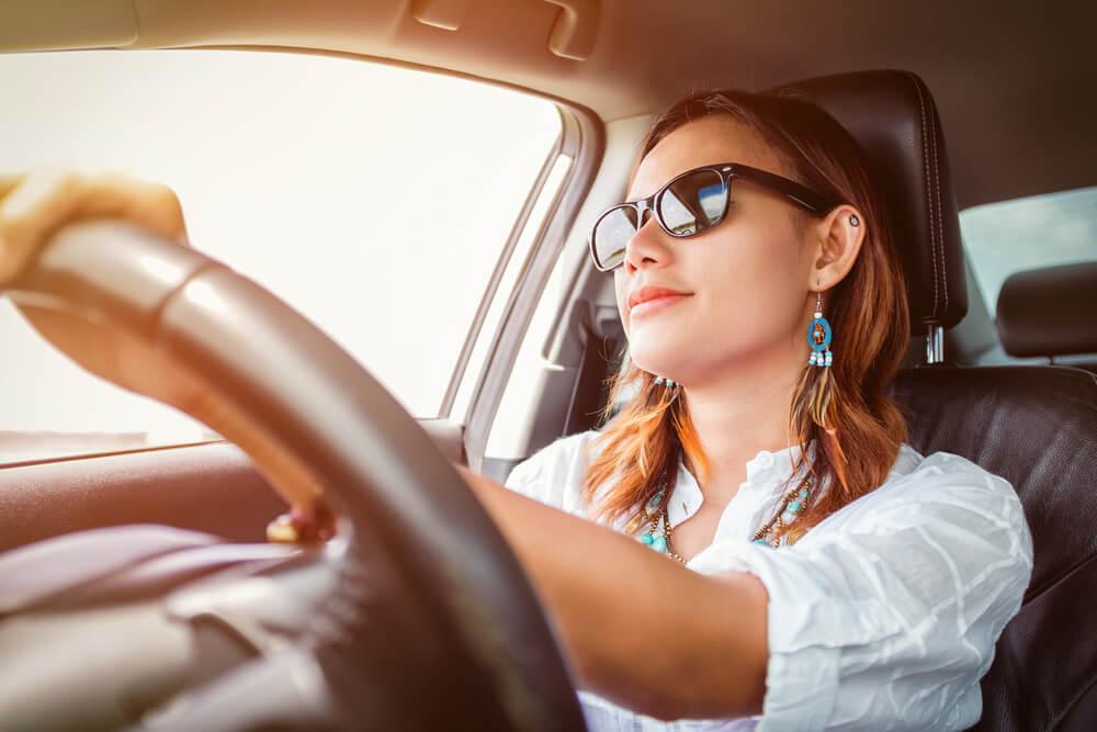 アメリカで車を運転するアジア人女性