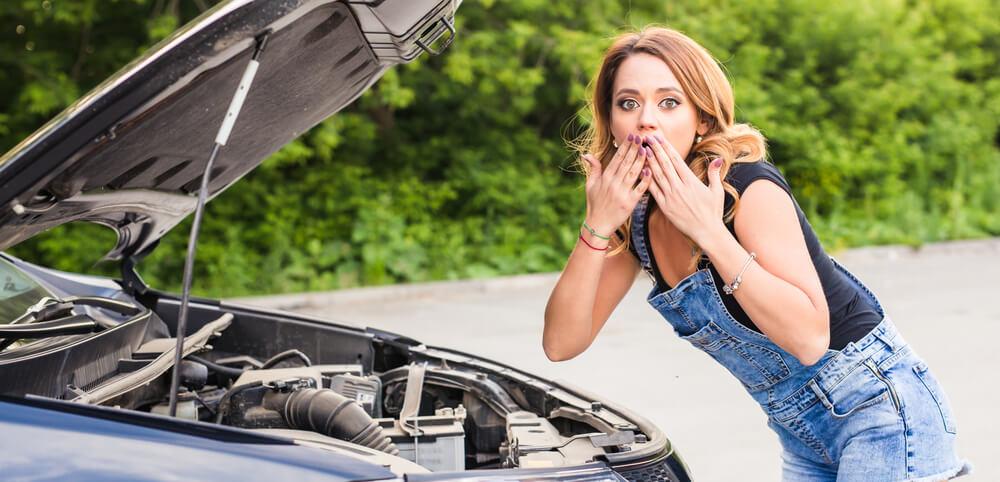 アメリカで車が故障して困る女性