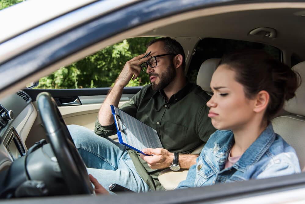 アメリカで車の運転免許試験を受ける女性