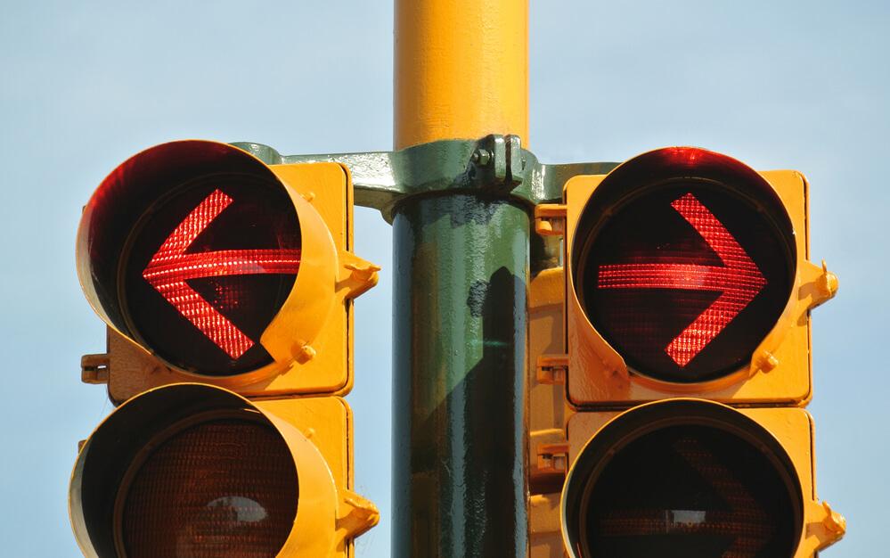 アメリカの赤信号のときに右折禁止の矢印信号