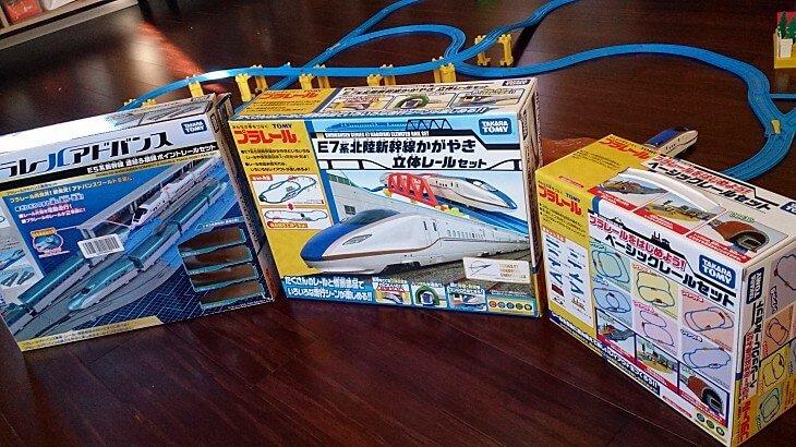 アメリカのAmazonで日本のプラレールを買いました。3歳の息子はハマっています。今までに買ったおもちゃの中で一番よく遊んでいるのがプラレール。プラレールの片づけをどうしようかなと思っていたら、以前に買ったけどイマイチ使い勝手が悪かったおもちゃの棚が大活躍しています。
