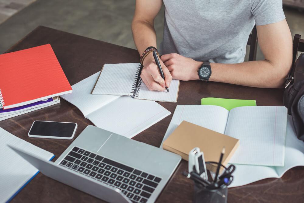 オンライン教材でGREの勉強をする男性