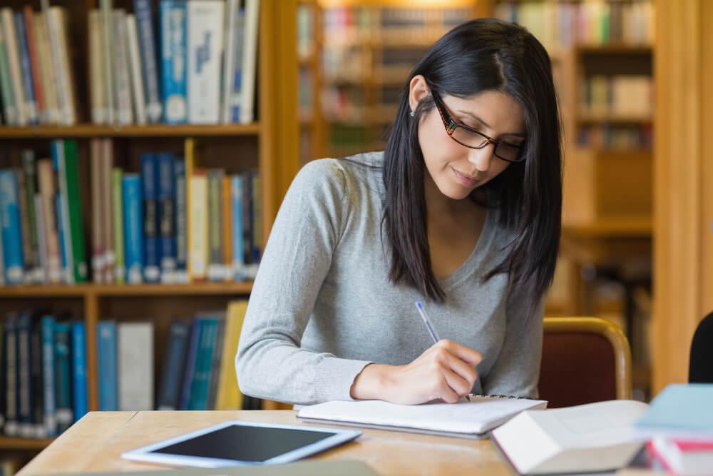 図書館でGRE対策の勉強をする女性