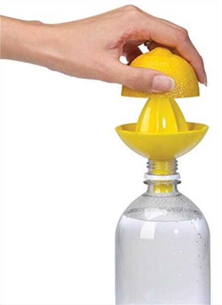 アメリカの便利おもしろキッチン用品。ボトルに直接しぼれるレモン絞り