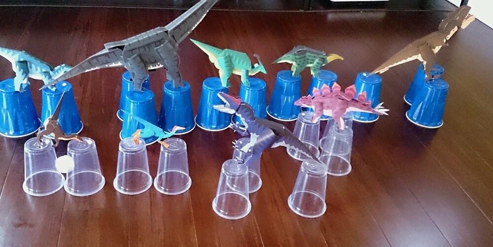 紙工作の恐竜をやっつけろ!室内遊び。