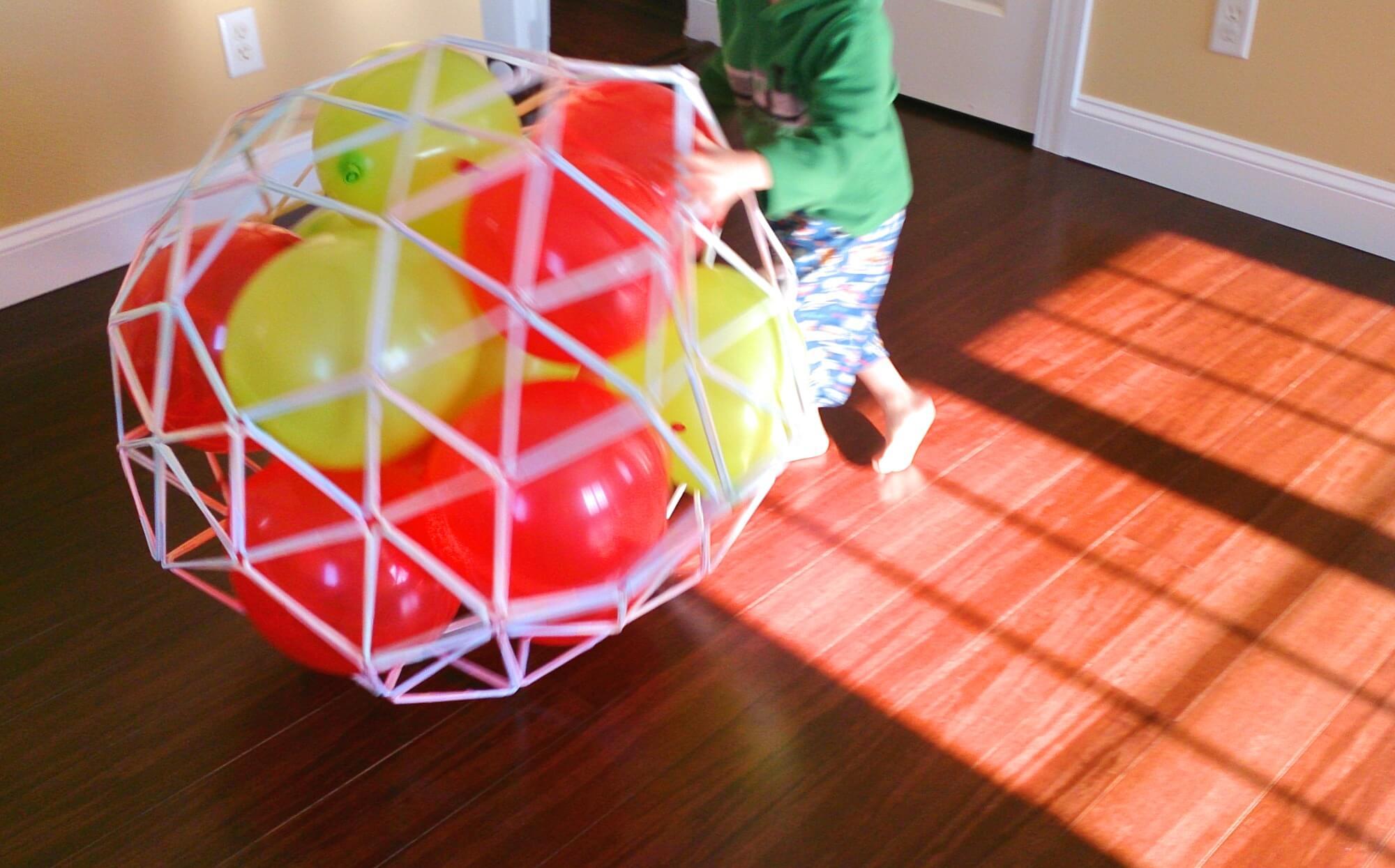 巨大ストローサッカーボールを転がして遊ぶ