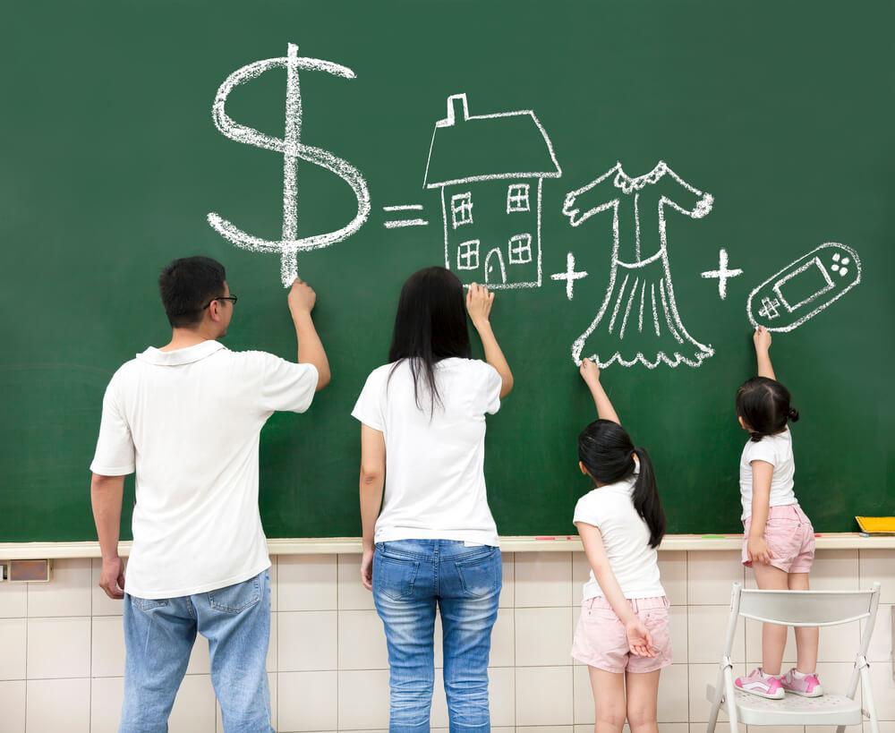 アメリカに就職して移住してお金の話をする家族