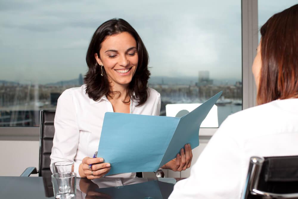 アメリカで就職面接でインタビューを受ける女性