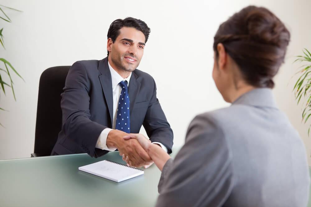 海外で研究職の就職面接を受ける女性