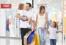 アメリカセール時期ガイド。アメリカのモールでショッピングをする家族