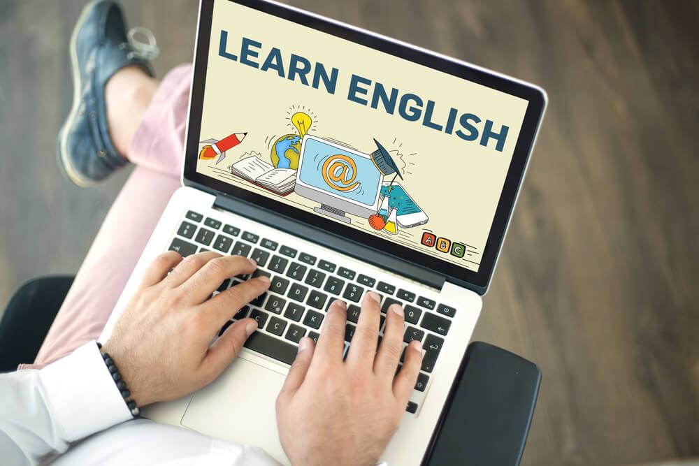 オンラインで英語を勉強する男性
