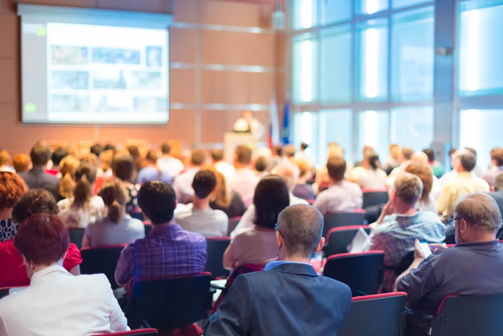 海外の学会で発表する大学院生