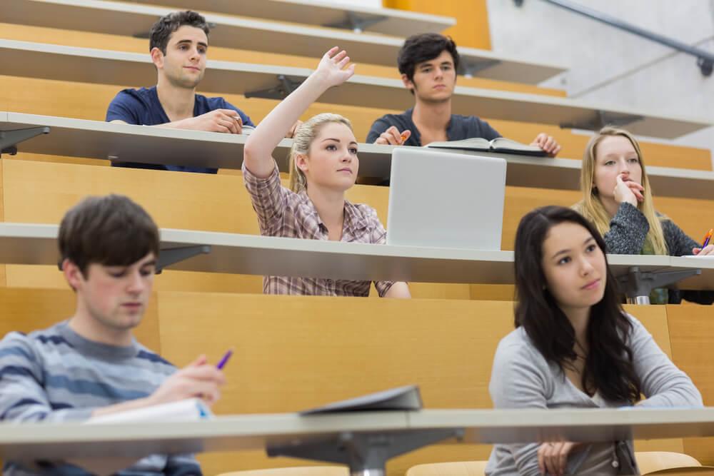 大学院の授業で質問する女性