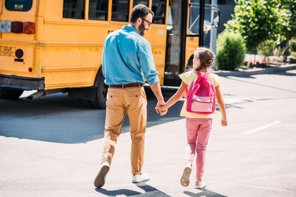男性の育児参加。娘を学校に連れて行く父親