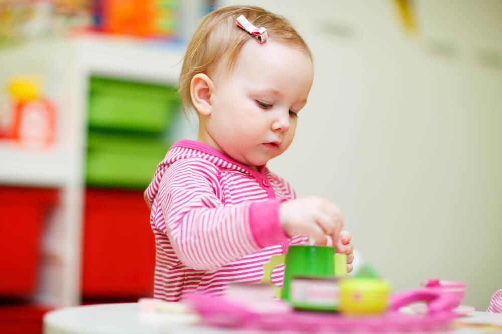 アメリカの保育園で遊ぶ女の赤ちゃん