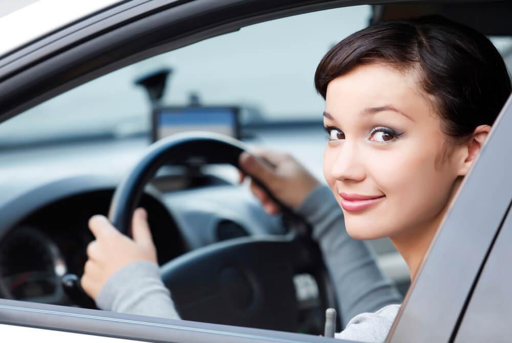 アメリカで車通勤をする女性