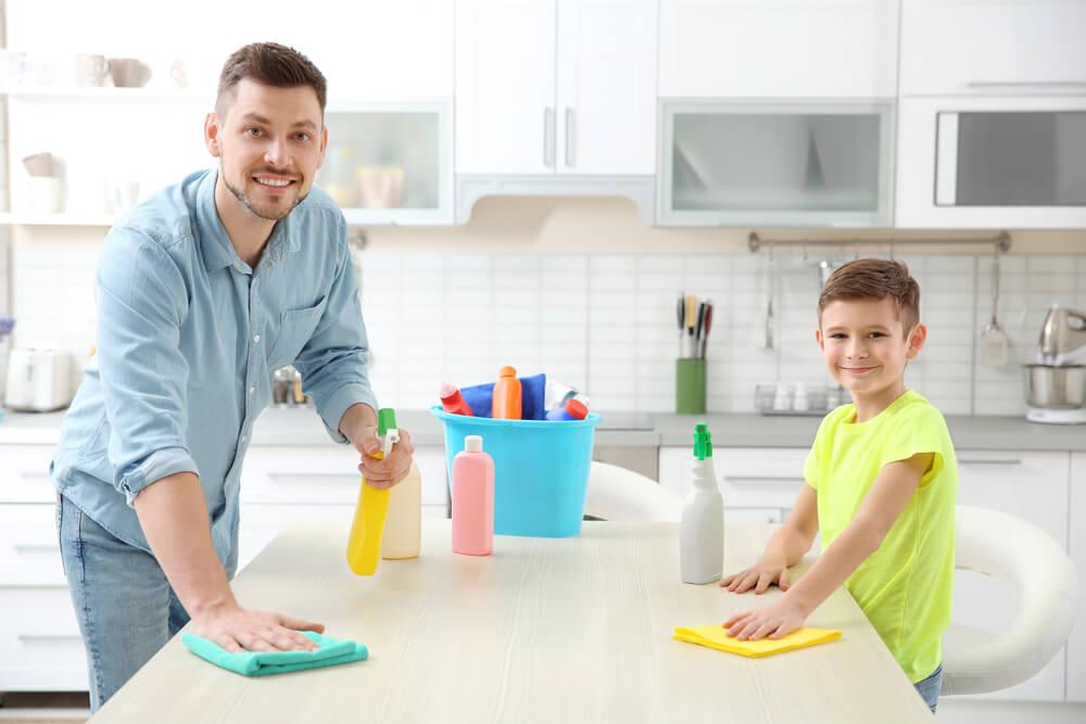 家事を手伝う父親と息子