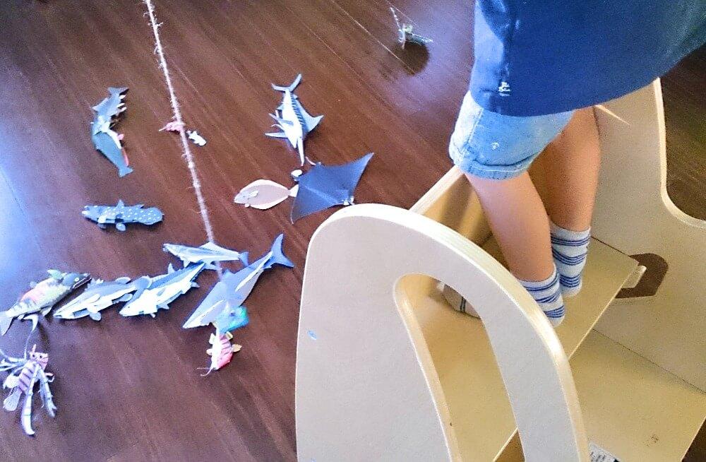 磁石の魚つりゲームをして遊ぶ男の子