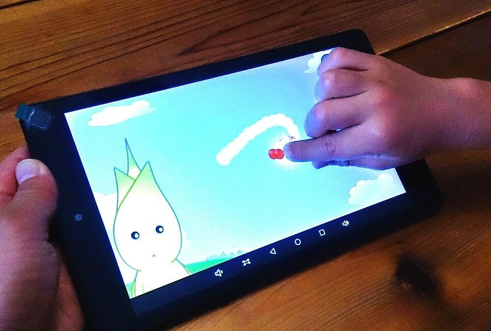ひらがなアプリでひらがなの書き方を練習する子供