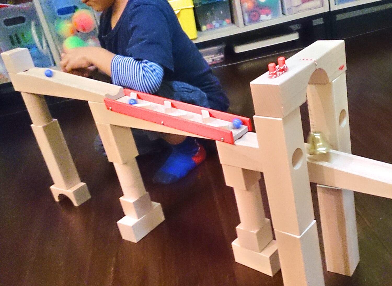 アメリカで買ったキュボロの類似品HABAの積み木で遊ぶ男の子