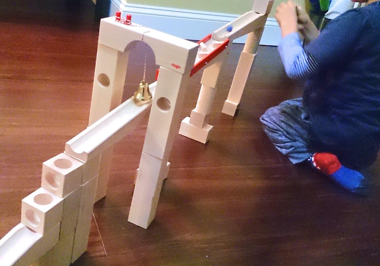 キュボロの類似品HABAのビー玉ころがし積み木で遊ぶ男の子