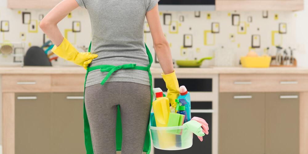 掃除スケジュールにしたがって決まった時間に掃除を始める女性