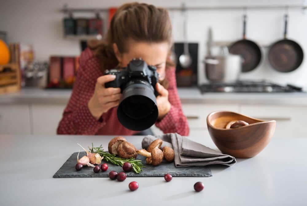 主婦ブロガーがブログ用の写真をとっている