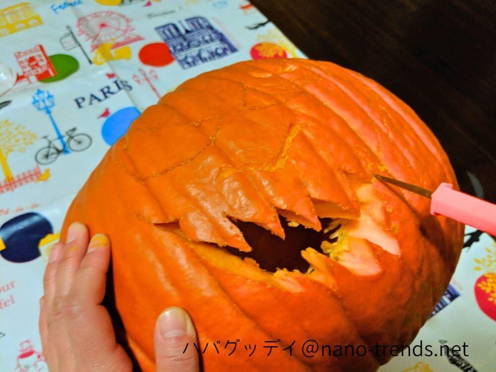 ハローウィンのかぼちゃの顔を切り抜く