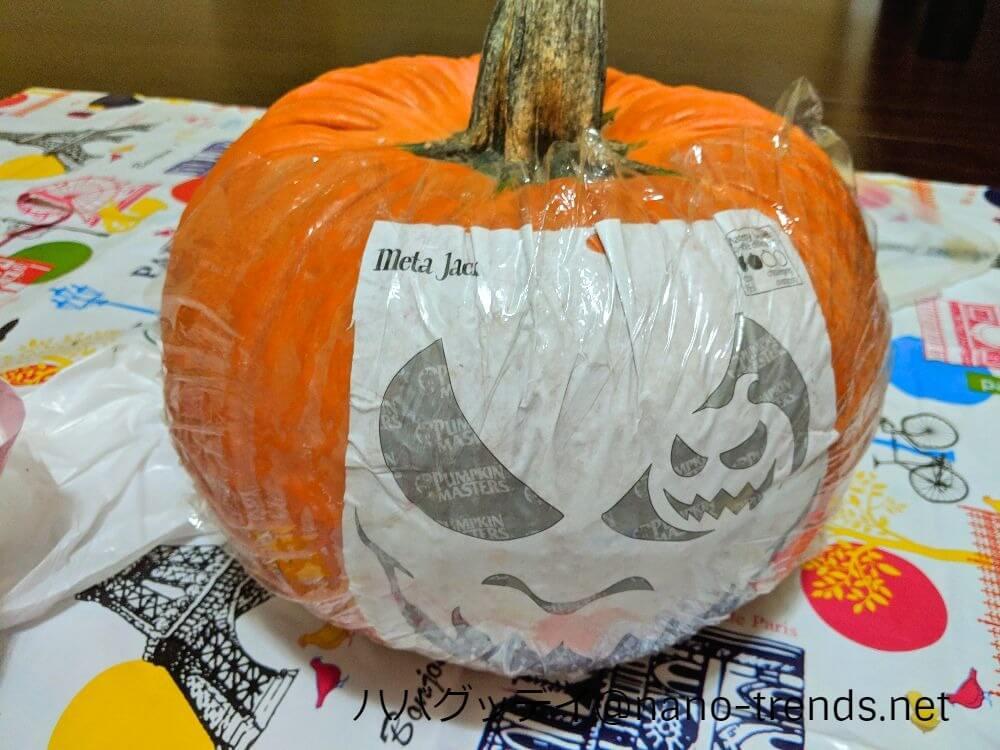 ハローウィンのかぼちゃの顔パターンをかぼちゃに貼る