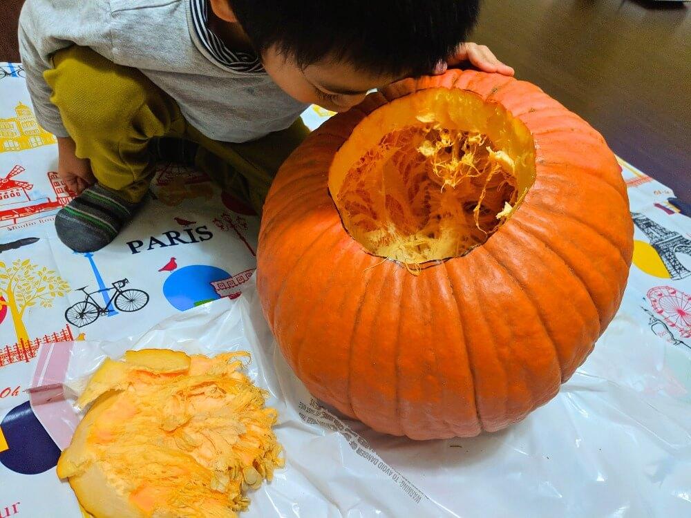 ハローウィンのかぼちゃの中身を取り出す