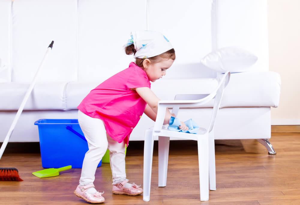 リビングルームを掃除する女の子