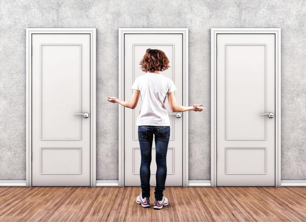 ドアの前に立ち人生の選択をする女性