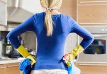 年末の大掃除をしない女性