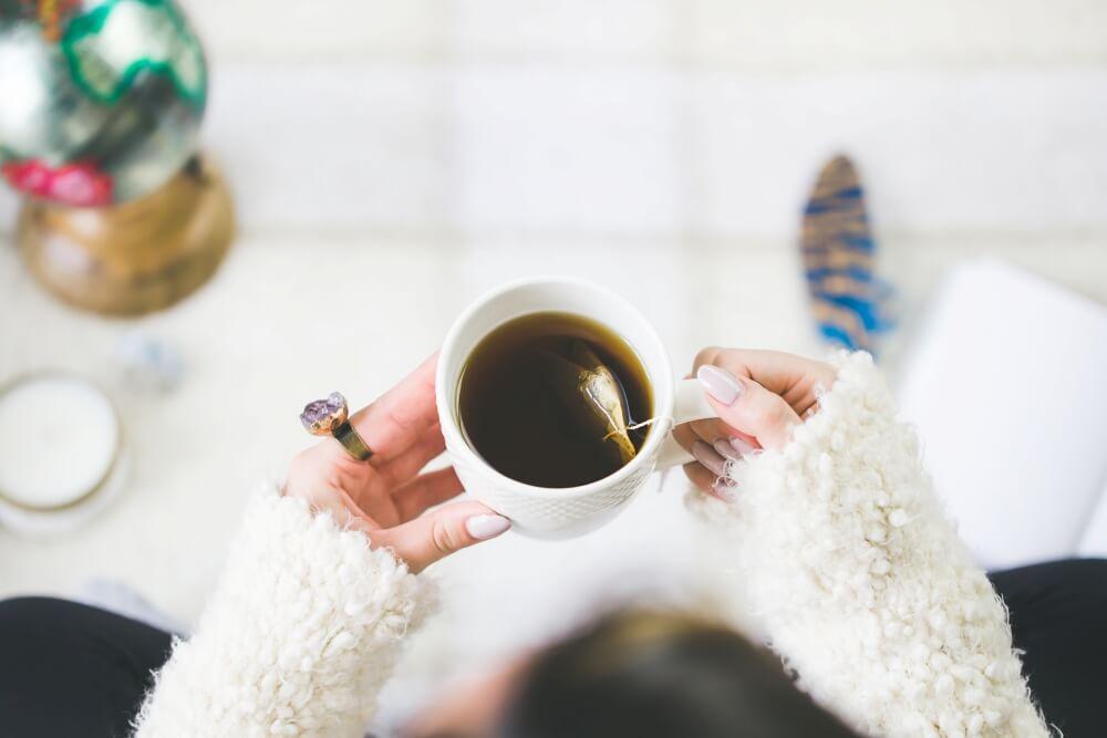 コーヒーを飲みながら1年を振り返る女性