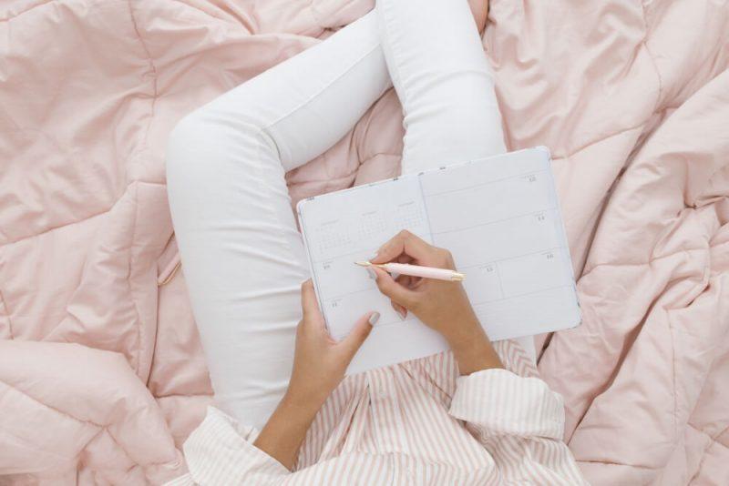 自分の幸せを受け入れるための30の自分への言葉。自己暗示の言葉の例を考える女性